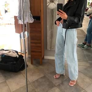 Säljer mina trendiga vida jeans från junkyard i storlek 26! Jag är 176 cm lång.