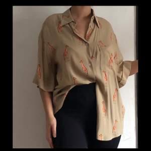 Säljer världens finaste blus, vintage stil safari vibessss älskar denna blusen men har tyvärr ej användning för den!