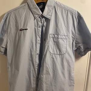 Fet kortärmad hawaiiskjorta med print på ryggen. Storleken är xxl men den sitter som en M eller mindre. Den är inte använd och saknar flaws. Unisex. Påminner om nått som man kan cruisa runt med i Los Santos