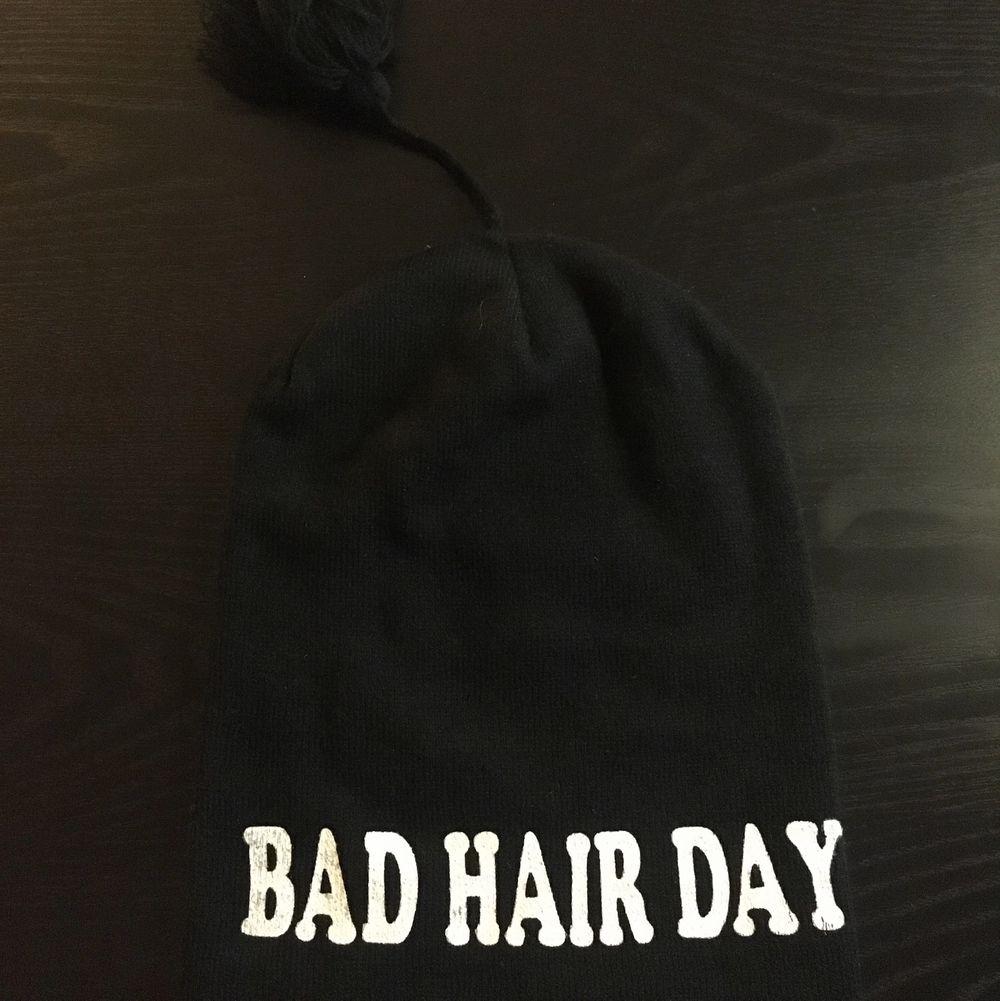 Nostalgisk bad hair day mössa! Använd men fortfarande i fint skick 🥰 30kr + 15kr frakt! Skriv för fler/bättre bilder!. Accessoarer.