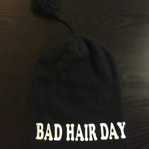 Nostalgisk bad hair day mössa! Använd men fortfarande i fint skick 🥰 30kr + 15kr frakt! Skriv för fler/bättre bilder!