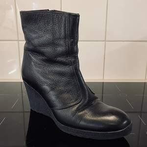 Underbara fodrade boots. 8 cm klack. Som oanvända. Hämtas el möts upp på söder. Vid frakt tillkommer kostnad.