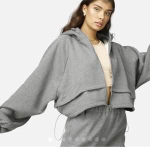 Säljer denna grå hoodie från Junkyard. Asskön och supersnygg. Använd ett fåtal gånger. Pris kan diskuteras. Skicka ett meddelande för egna bilder och passform