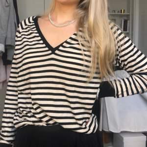 Jättefin stickad vintage tröja som är snygg att bära oversized. Är i större storlek. Perfekt att ha över skjortan eller andra plagg. Skönt material.