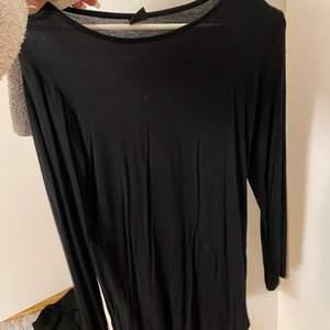 En jätte mjuk svart tröja som är ganska lång