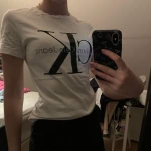 En vit Ck t-shirt som använts ett antal gånger men är i bra skick.