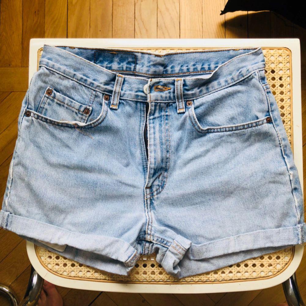 Världens finaste Levis 501 shorts som tyvärr är för små för mig.. strl 30 i midjan motsvarar en 36. I väldigt gott skick. . Shorts.