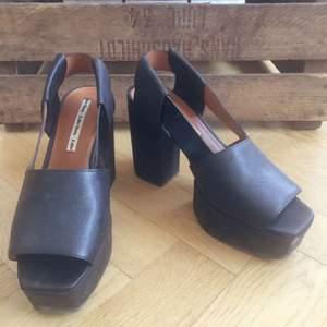 Superfina skor köpta här för någon månad sen. Använda två ggr men tyväääärr lite för små för mig. Stabila klackar som känns rätt till varje tillfälle. 💫