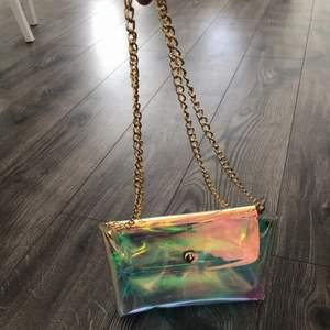Säljer denna genomskinliga väska i hologram färg. (Oanvänd)