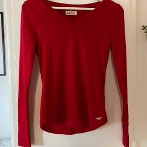 Jättefin klarröd tröja från Hollister i storlek S, kommer tyvärr aldrig till användning längre. Betalas med swish och köparen står för frakten 🦋