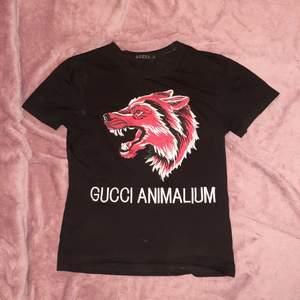Garderobsrensning: T-shirt från Gucci i strl L. Sitter bra på mig även fast jag normalt bär M. Tröjan är använd en gång sedan tidigare och nu vid bildtagning så skicket är nyskick. Skickas spårbart och alltid tvättad/kemtvätt ad hos den lokala skräddaren.
