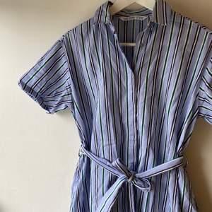 Jättefin klänning från zara i bra skick. Svårt att se på bilden men den är blå grön vit randig. Passar även S! Frakten är inräknad.🤩