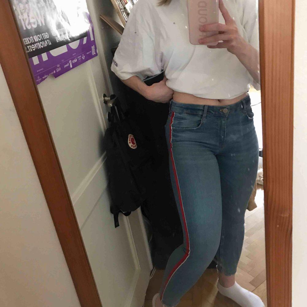 Tighta jeans från Zara med mellanhög midja. De har rödvita detaljer på sidorna. Riktigt snygga! Säljer då de inte kommer till användning för mig personligen. Knappt använda. Köparen står för frakten. Kan även mötas upp i Stockholm . Jeans & Byxor.