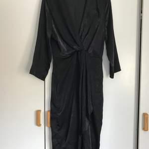 Omlottklänning i storlek 38 från GinaTricot. Använd en gång. Köparen står för frakten! (67kr)