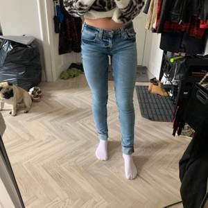 """True Religion """"STELLA"""" låga stretchiga skinny jeans. Provade men aldrig använda. Strl USA 26, passar 34/36. Nypris: 2000kr. Frakt tillkommer"""
