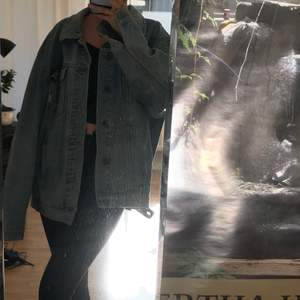 Den perfekta oversized jeansjackan! Har levt goda dagar i denna jacka. Köpt second hand innan men i bra skick. Köpt för 400kr