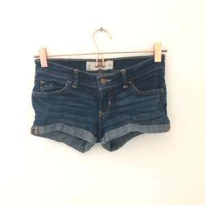 Ett par jeansshorts från Hollister i amerikansk storlek 00 och w23 vilket motsvarar en xs. Oanvända och i väldigt fint skick. Pris går att diskutera vid snabb affär
