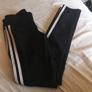 Ett par Adidas tränings byxor i Stl XS säljer då de är försmå. Köpta för ungefär 350 kr! 💞😊 Buda! Start bud 70 kr! Köparen står för frakt! 💞😊 Skrov privat för mer bilder och info! 💞😊