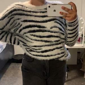 Verkligen jättefin zebra tröja ifrån ONLY, extremt skönt material och helt oanvänd. Säljer då den inte kommer till användning tyvärr. Köpare står för frakt💗✨