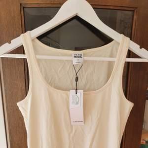 Frakt INGÅR i priset! Ett nytt Vero Moda linne i white cream färg 🌞 den har legat i en låda ett tag och är därför en aning skrynklig, men annars är linnet endast provat ❤ nypris 100 kr