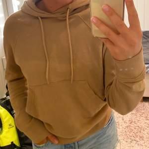 Brun hoodie från arket. Jätte bra kvalite samt knappt använd! Jätte mjuk på insidan så den är så skön att ha på sig!