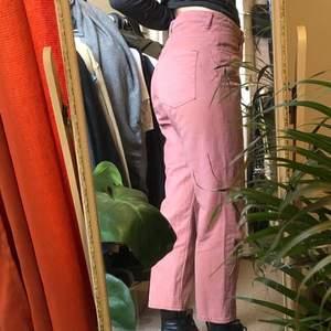 inte min bild i 1a!  de populära jeansen i modellen row, just denna färg säljs inte längre på weekday. den ända defekten på byxorna är den blekta pricken vid bälthylsan där bak, märks knappt men kan täckas med ett bälte🥰