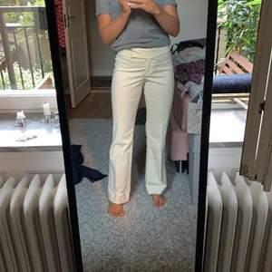 Säljer ett par jättesnygga straight sammetsbyxor från Anna Holtblad. Endast använda 2 gånger så i jättebra skick! Nypris ca 2000. Kan ge fler bilder. Färg benvit