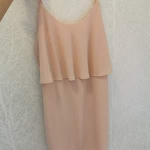 Super fin klänning som endast är använd 1 gång. Som ny❤️ 100kr+frakt