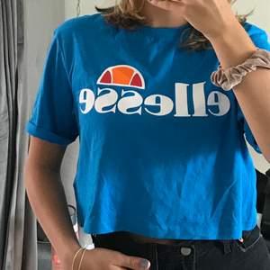 Jätte fin ellesse t-shirt i så fin blå färg 💙 Nästan aldrig använd! skick: 10/10 🌈 nypris: 349kr