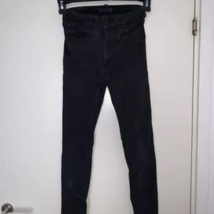 Exakt likadana jeans som på förra bilden. Svarta jeans. Mellanmidjade. Hämtas upp eller fraktas. Köparen står för frakt. Frakten ligger på ca 40kr. Skicka privat för bättre bild.