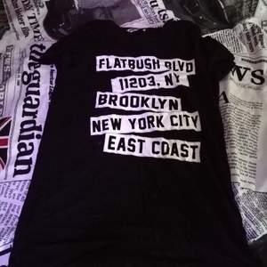 Svart t-shirt från New Yorker i storlek XS. Jag har vanligtvis storlek S/M. Säljs eftersom den inte blir använd. Frakt tillkommer.