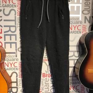 Mjukisbyxor från new yorker som är i ett set där hoodie finns på min sida. Använd några gånger men i bra skick. Köp båda för 160kr. Frakt tillkommer eller mötas upp i Lund/Staffanstorp