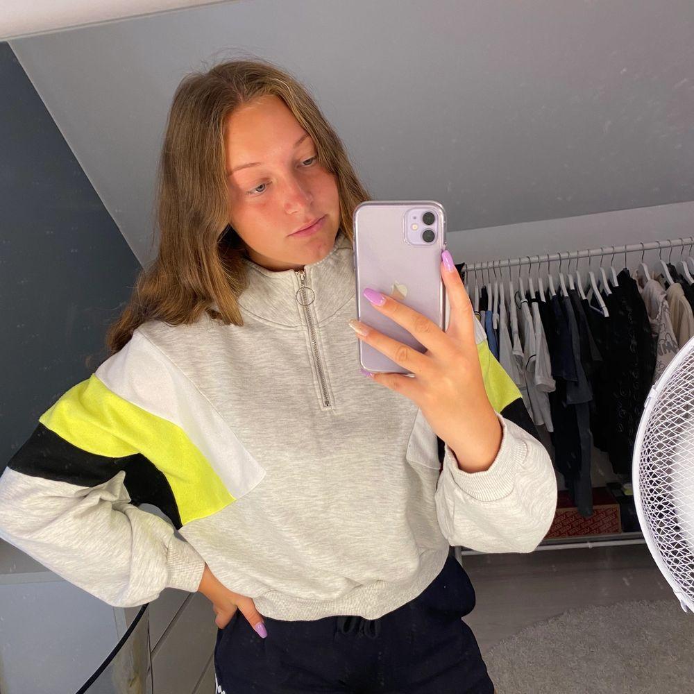 Snygg hoodie från H&M med liten dragkedja . Tröjor & Koftor.