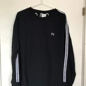 new black långärmad tröja i storlek s. passar m också. det är en liten fläck på höger ärm (3dje bilden) men verkligen ingenting man ser eller lägger märke till och är fräsch och hel utöver det.