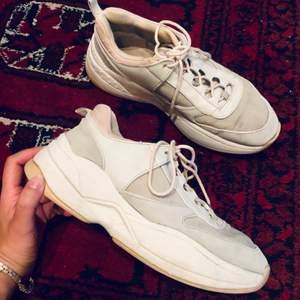 Crémefärgade chunky sneakers med beiga detaljer från Zara i strl 38. Använda men ändå i väldigt fint skick. Kan mötas i Stockholm eller posta mot frakt (ca 110 kr).