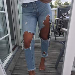 Ljusa jeans med stora stigningar över benen. Börjar bli försmå tyvärr. Läs min om info innan köp!