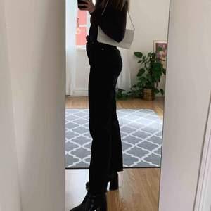 Säljer nu dessa mörkgråa/svarta högmidjade jeans från NA-KD! Dom är supersnygga men tyvärr lite för stora för mig, använda ett fåtal gånger. Ordinarie pris 499kr, säljer nu för 300kr, köparen står för eventuell frakt!