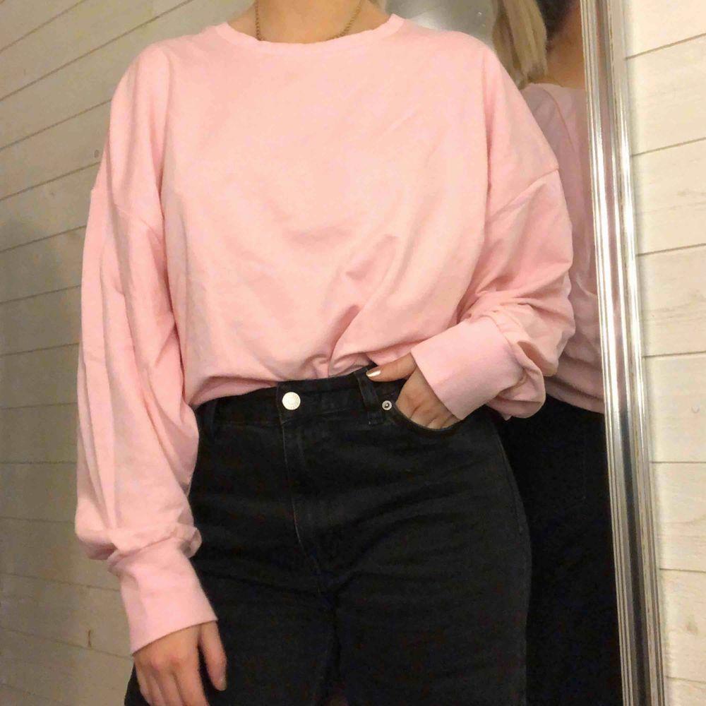 Rosa sweater i tunnare material! Mer rosa irl (se sista bilden)! Använd 2-3 gånger.  Kan mötas upp i växjö eller extra fraktkostnad!. Tröjor & Koftor.