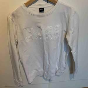 Hugo boss tröja köpt för ett halvår sedan använt ett få tal gånger och nu säljer jag den för en billig slant för att jag har inte passar i den längre.