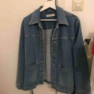 Blå jeansjacka med jeans skärp, väldigt fin och i bra skikt då jag endast använt den några få gånger. Den passar bra på personer med 36/38 också, den är alltså inte överdrivet stor.