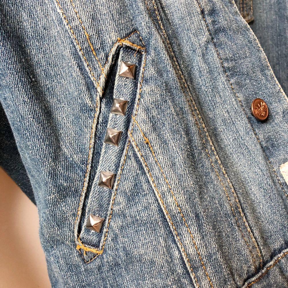 jeansjacka med fickor som köptes -14 och som jag endast använde den sommaren (insåg sedan att jag inte passar så bra i jeansjacka lol). har själv satt fast de små nitarna på fickorna - de går alltså att ta av igen om man vill det. storlek M men passar S-L. Jackor.