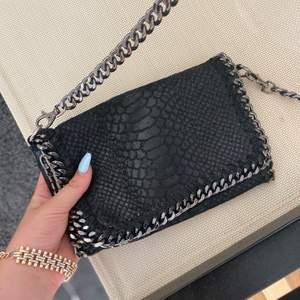 snygg stella mccartney handväska i svart krokodil skin  , köptes för : ca 500kr , A-kopia, pris går att duskutera (: