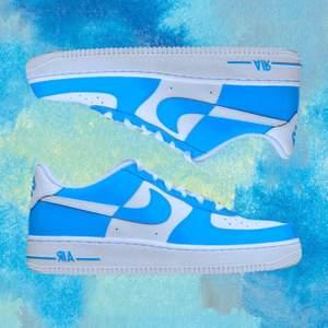 🦋 Blue Dream 🦋  2 par handmålade sneakers. 💙 2 av 2 skor kvar till salu.  💙 Modell: Nike Air Force 1   💙 Storlek 38 💙 Permanent färg, 4 målade sidor. 💙 Skorna är glansiga, mer än vad som syns på bild. 💙
