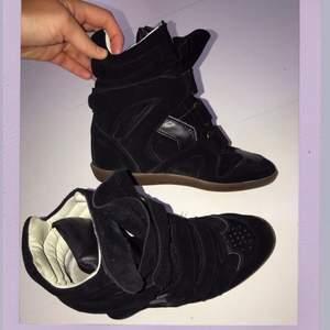 Säljer mina fina Isabel Marant skor för de används för lite! I fint skick och självklart äkta. Dustbag medföljes. Storlek 39 men passar även en 38:a som jag har! Nypris 4600