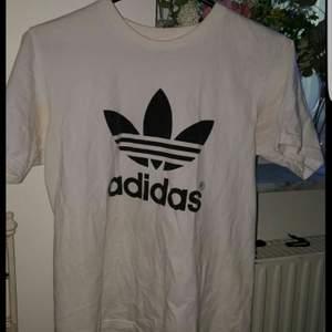 Vit adidas T-shirt i storlek M. Nästan aldrig använd, alltså i mycket bra skick. (frakt ingår ej) Kan mötas upp i Stockholm💞  obs ej äkta!