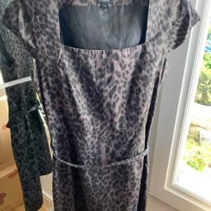 Säljer denna mönstrade klänning från Lindex
