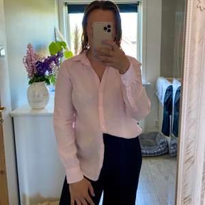 Jättefin rosa linneskjorta i väldigt bra skick. Frakt tillkommer.