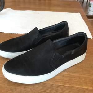 Snygga skor från Vagabond. Slip-ons som är sparsamt använda. Köparen står för frakt.