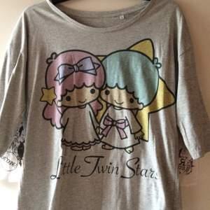 Oanvänd grå Little Twin Stars tröja med trekvartsärmar. Storlek L men funkar absolut för mindre storlekar om man vill ha oversize. Priset är inkl vanlig frakt 🌻