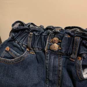 Blå jeans kjol med resårband i midjan (väldigt stretchigt) Inga skador och använd fåtal gånger.